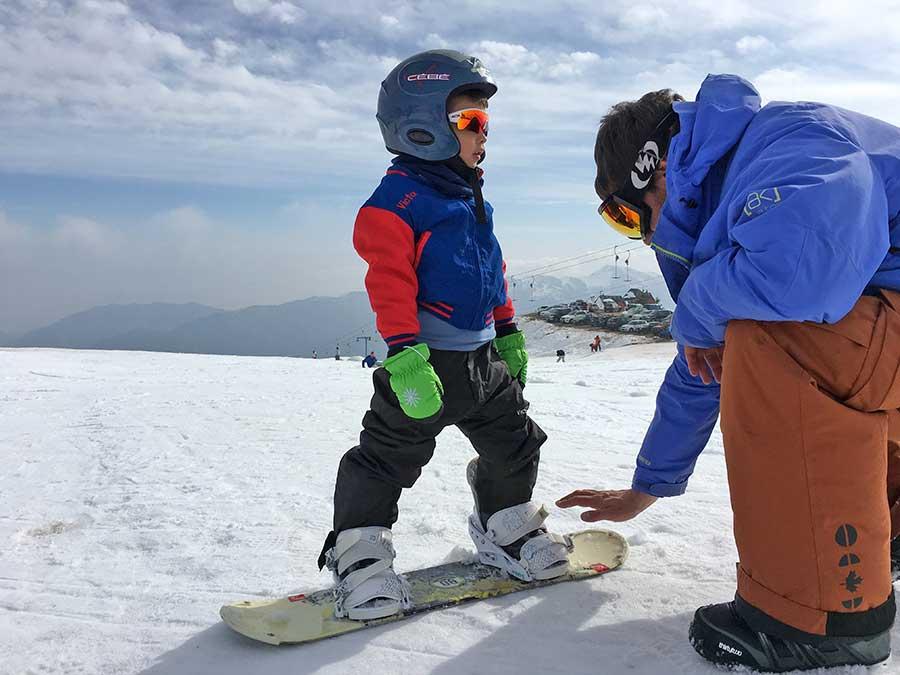 el colorado crianca esquiando