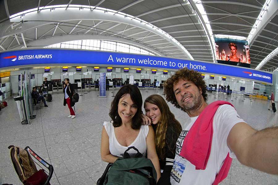 familia viajando aeroporto