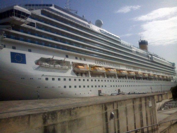 navio no porto de Malta