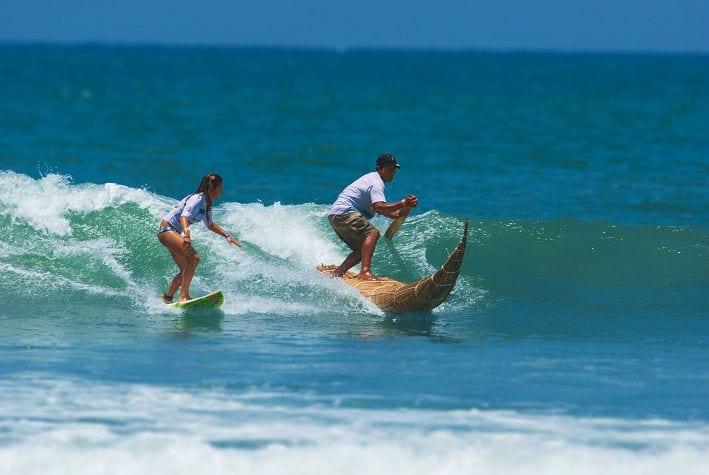 surf em praia do norte do peru