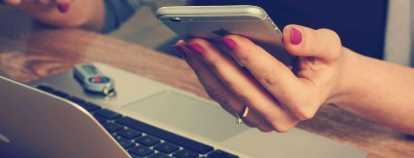mulher usando o site da transferwise